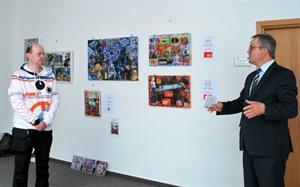 """Bild_(c)_v.r. Landrat Michael Ziche eröffnete die Ausstellung von Maik Mueller, alias """"ID MM""""."""